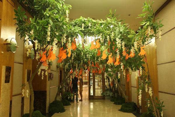 Hành lang của khách sạn được trang trí bởi hai hàng cây xanh tràn ngập sức sống.
