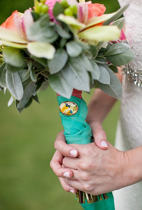 Bó hoa cưới với vải khác hẳn màu hoa, tạo sự nổi bật đặc biêt.