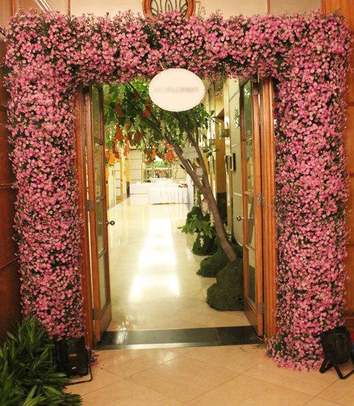 Bên trong cửa là cổng hoa thạch thảo tím đáng yêu.