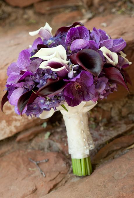 Cô dâu nhẹ nhàng sẽ yêu thích phần cuống hoa được trang trí bằng ren dịu dàng.