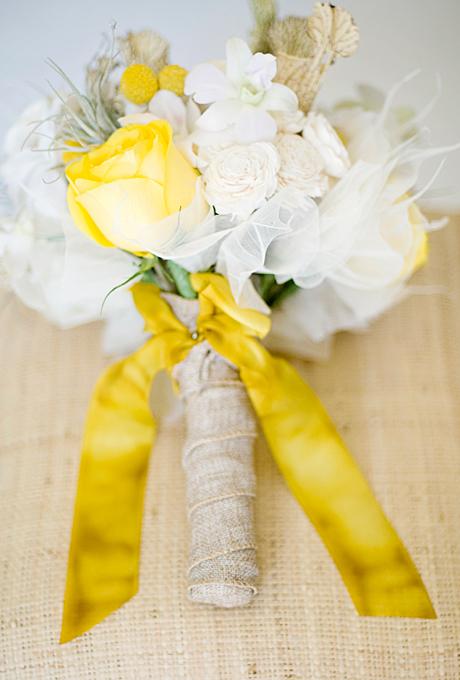 Bó hoa được trang trí với vải thô và ruy băng màu vàng cùng màu với màu hoa.