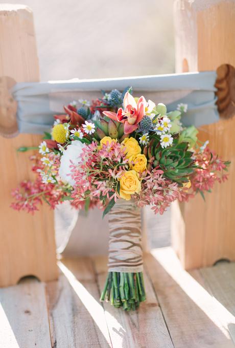 Nếu hoa cưới rực rỡ nhiều màu sắc, bạn nên chọn vải hoặc ruy băng màu trầm để trang trí cho phần cuống hoa, tạo sự cân bằng.