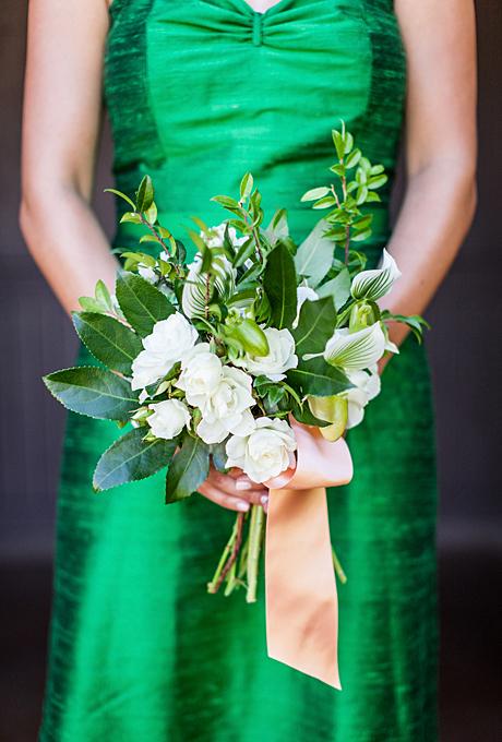 Các cô dâu chú rể thường chọn ruy băng để trang trí hoa cưới vì những dải ruy băng sẽ tạo ra sự mềm mại, duyên dáng cho bó hoa.