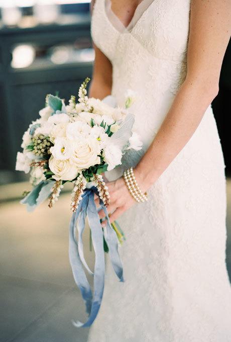 Với những bó hoa ngắn, cô dâu nên để ruy băng rủ dài khiến bó hoa thêm thướt tha.