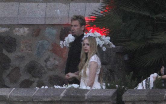Trước đó, trong buổi tiệc tối thứ 7 (29/6), Avril đã mặc bộ váy cưới màu trắng lộng lẫy.