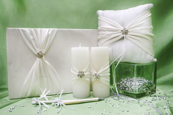 Những cô dâu chú rể thích sự sang trọng sẽ yêu thích bộ phụ kiện với màu trắng cổ điển, trang nhã.