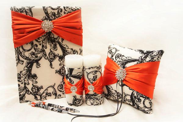 Gam màu cam đen hiện đại sẽ tạo ra vẻ đẹp sống động cho những phụ kiện cưới.