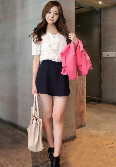 Sơ mi kết hợp với quần short váy luôn mang đến vẻ thanh lịch, trẻ trung,