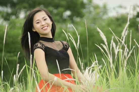 Dư Thị Tiểu Linh sinh năm 1989, cao 1m60, nặng 47 kg, số đo ba vòng 89-60-88.