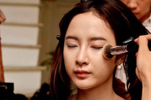 """Gương mặt Phương Trinh có các đường nét rõ ràng, cân đối và làn da mịn màng, chính vì thế không cần trang điểm quá dày, để tông tự nhiên là đủ khiến cô """"tỏa sáng""""."""
