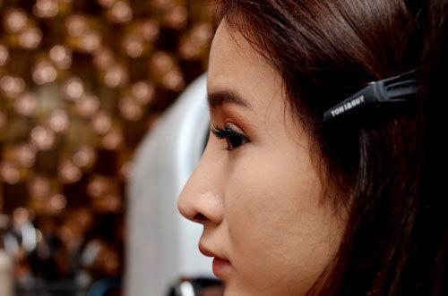 Sử dụng mí giả ngắn, uốn cong vừa phải và chuốt một lượt mascara mỏng để làm nổi bật nét đẹp tự nhiên.
