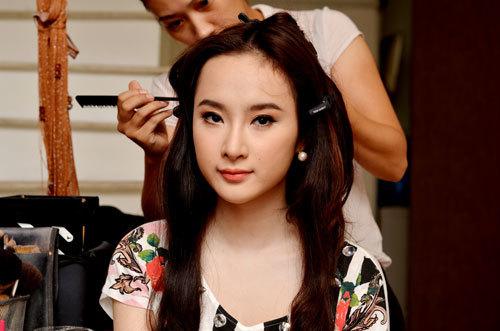 Sau khi hoàn thiện các bước trang điểm, Angela Phương Trinh chọn kiểu tóc thả tự nhiên cho phù hợp gương mặt.