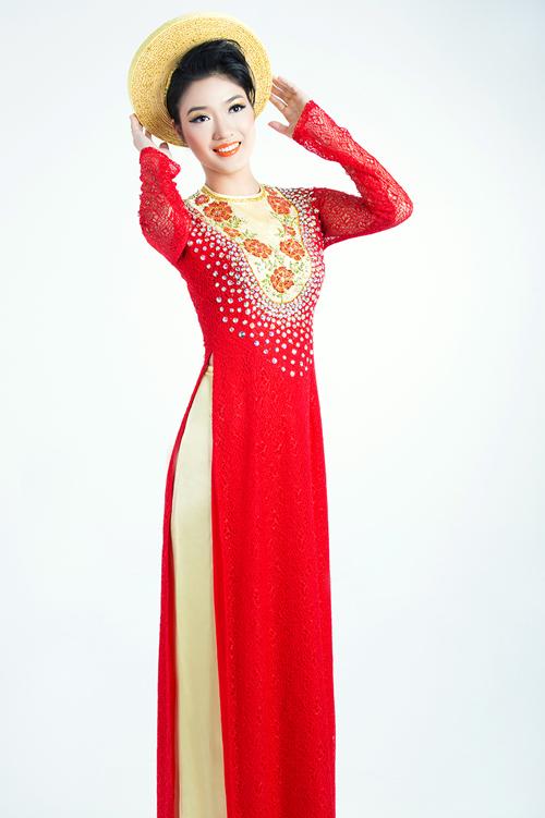 Họa tiết hoa hồng được thêu tay khéo léo trên nền vải lụa mỏng, đan xen hai màu đỏ