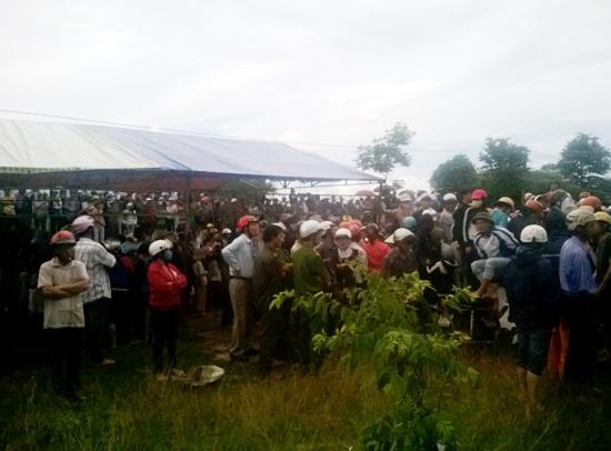 Hàng trăm người dân hiếu kỳ, tụ tập gần hiện trường xem CA làm việc.