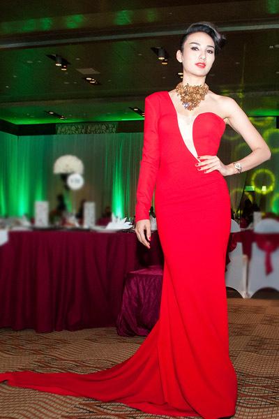 Tối 5/7, Hoa hậu Ngọc Diễm xuất hiện tại event ở TP HCM với trang phục lộng lẫy của nhà thiết kế Huy Trần.