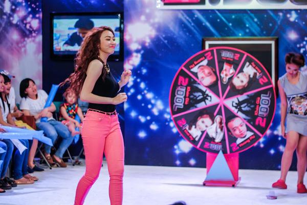 Nữ ca sĩ cũng lần đầu tiên 'quậy' hết mình khi tham gia các thử thách chương trình đưa ra.