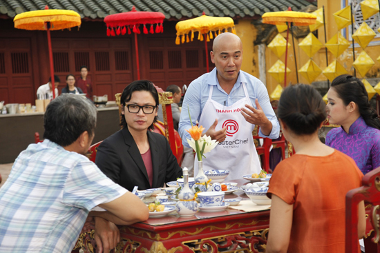 Thanh Hòa đang trình bày về món chả tôm xứ Huế đối với các vị khách mời.