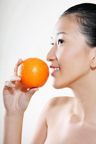 vitamin C còn có thể được xem như là liều thuốc tiên có công dụng chống lại các gốc tự do, khắc phục tổn thương do ánh nắng mặt trời, giảm nếp nhăn, làm trắng da và ngăn ngừa sạm nám.