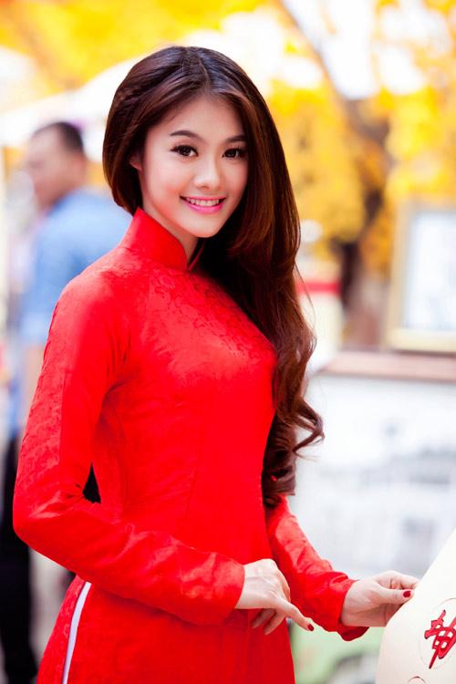 Tóc uốn nhẹ nhàng phù hợp với nét dịu dàng, đằm thắm của cô dâu Việt.