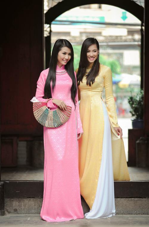 Áo dài lụa để chụp ảnh cưới có rất nhiều màu sắc, kiểu dáng nhưng nên chọn những chiếc áo đơn giản, tinh tế.