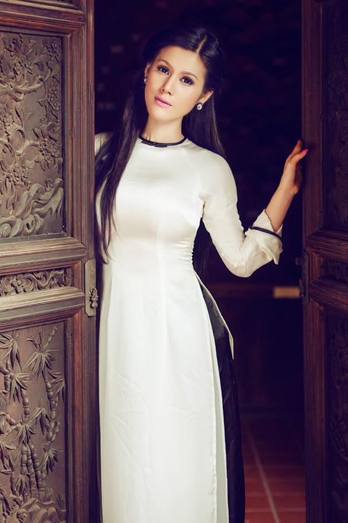 Kết hợp áo dài lụa trắng với quần đen khá phổ biến