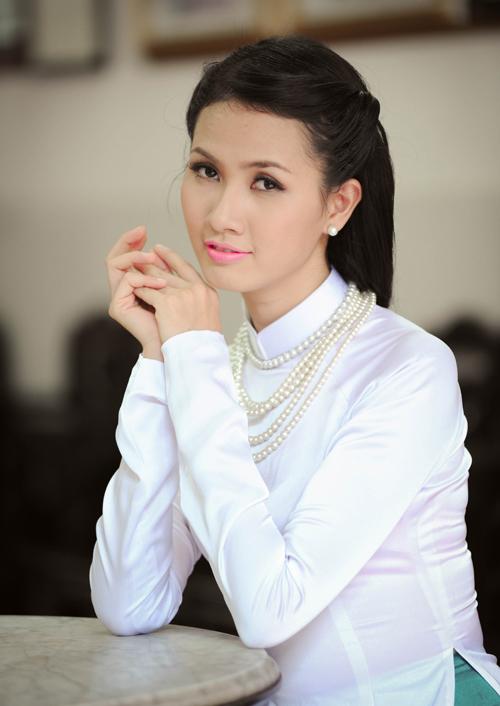 Phụ kiện đi cùng trang phục áo dài thường là kiềng bạc hoặc vòng ngọc trai sang trọng.