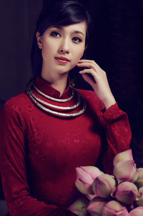 Áo dài gấm với nhiều hoa văn in chìm đẹp mắt giúp cô dâu dễ dàng thể hiện cá tính và gu thẩm mỹ.