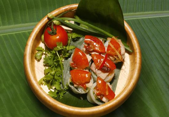 Gỏi cuốn ăn kèm với tôm chua xứ Huế mang đến một hương vị rất lạ miệng cho thực khách.