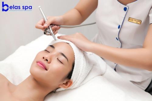 Tại các spa chuyên nghiệp, vitamin C nguyên chất sẽ được đẩy trực tiếp vào da bằng thiết bị thẩm mỹ chuyên dụng.