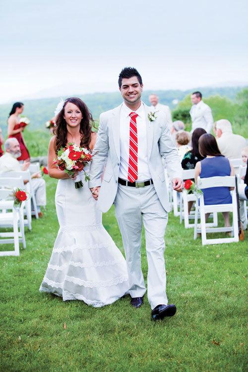 Lễ thành hôn được tổ chức ngoài trời với các trang trí nhẹ nhàng.