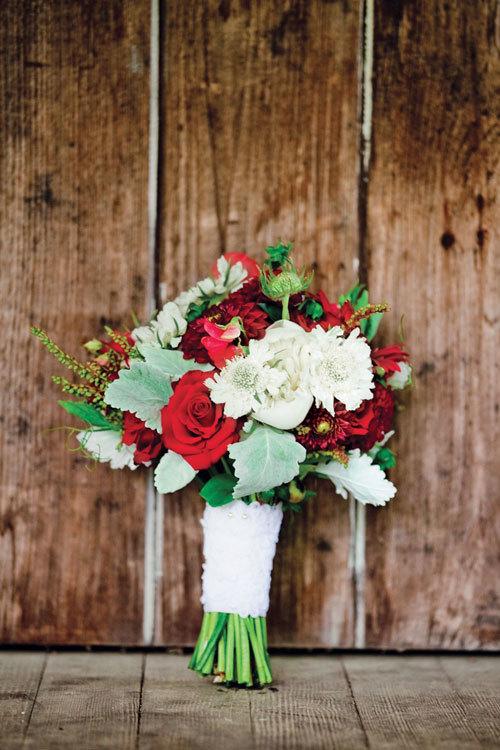 Hoa cưới lấy màu đỏ làm chủ đạo, phảng phất vẻ đẹp sang trọng, ấm áp.