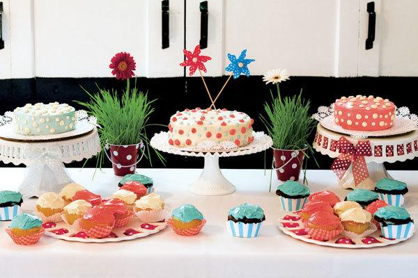 Bàn tiệc bánh ngọt với cupcake và bánh cưới truyền thống trở nên sinh động hơn với sắc màu xanh và đỏ. Phong cách của đám cưới chủ yếu hướng đến sự đơn giản nên các chi tiết trong tiệc cũng không quá cầu kỳ.