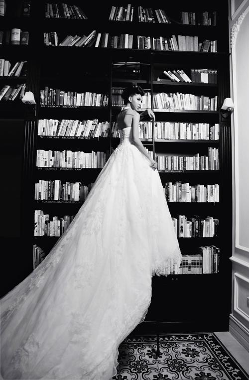 Đuôi váy dài là đặc trưng quen thuộc của váy cưới hoàng gia châu Âu