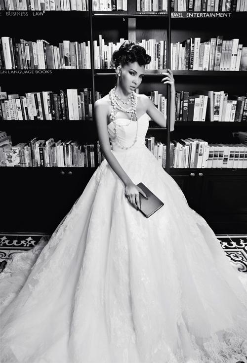 Cổ áo cúp ngực hình trái tim làm tôn vòng ngực đầy. Cô dâu có thể kết hợp cùng trang sức ngọc trai để làm
