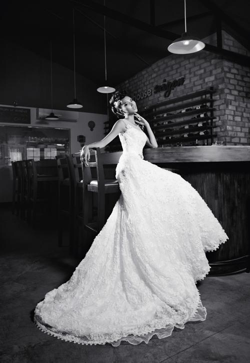 Váy cưới năm nay chú trọng khá nhiều đến phần trang trí, đặc biệt là những chi tiết ở cổ váy, lưng váy và chân váy.