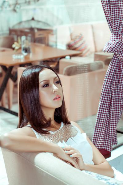 Bộ ảnh được thực hiện bởi ê kíp của stylist Tân Đà Lạt, make-up Phúc Nghĩa và trang phục của