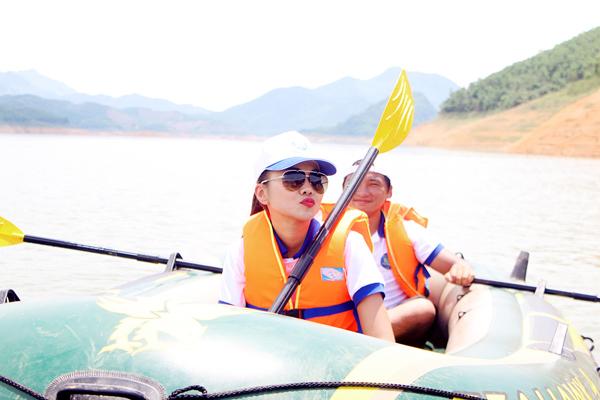 Điều làm Thanh Hằng vui hơn là trong chuyến đi dã ngoại lần này, các fan Hà Nội cũng tham gia cùng cô.