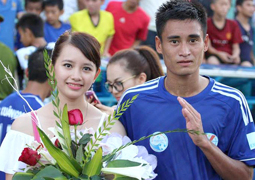 Cô vợ xinh đẹp tới sân chúc mừng Vũ Minh Tuấn cùng đội Than Quảng Ninh lên hạng V-League sau khi đánh bại Cần Thơ 3-0 cuối tuần qua.