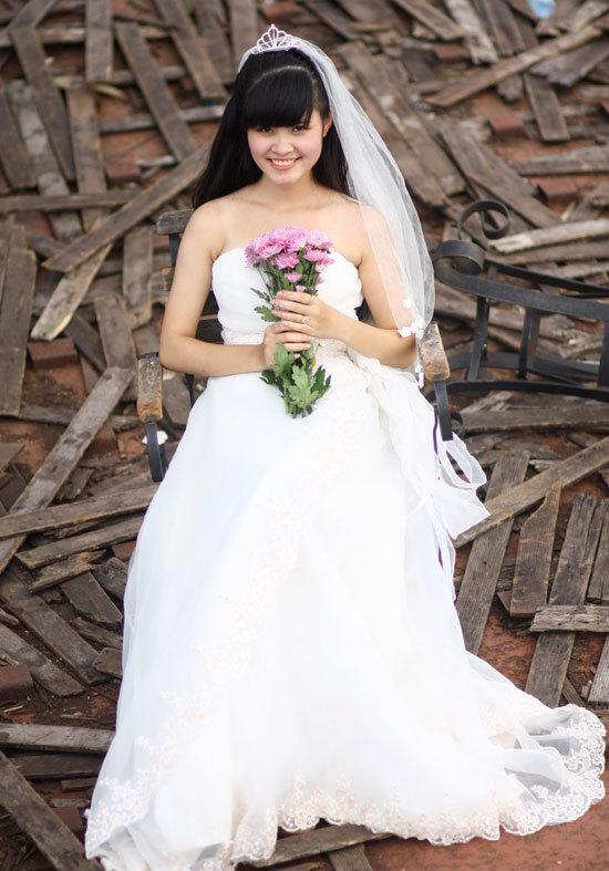 Nguyễn Khánh Ly sinh năm 1993, cao 1m60, nặng 47 kg, số đo ba vòng 85-62-88.