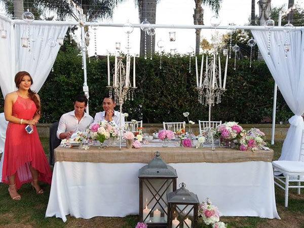 Trên bàn tiệc, hoa mẫu đơn vẫn là loài hoa chủ đạo, mang nét hồng ngọt ngào đáng yêu. Bàn tiệc còn được trang trí với khăn trải bàn từ vải thô gai, tạo vẻ mộc mạc.