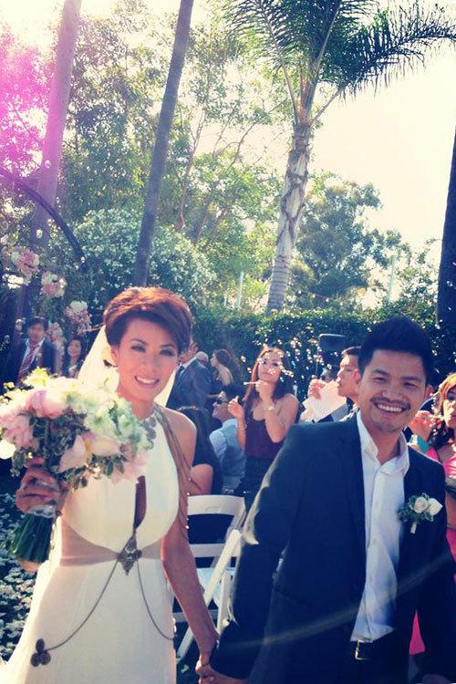 Cô dâu chọn một bó hoa kết từ mẫu đơn, hoa hồng và những loại hoa nhỏ trang trí khác để ton sur ton với toàn bộ các chi tiết trang trí trong đám cưới.