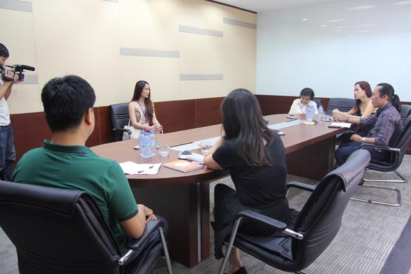 Lần lượt các thí sinh được gọi tên bước vào phòng phỏng vấn.