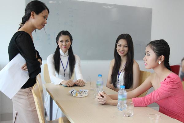 Trong khi các thí sinh khác đến lượt phỏng vấn, những cô gái còn lại trò chuyện trong phòng chờ cùng đại diện oneTV.net.