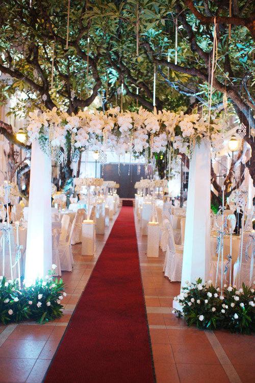 Chiếc cổng được thiết kế như cổng vào khu vườn tình yêu với hoa, nến.