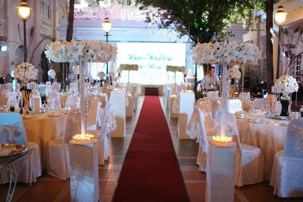 Tiệc cưới chỉ có 25 bàn, với sân khấu, hoa và nến.