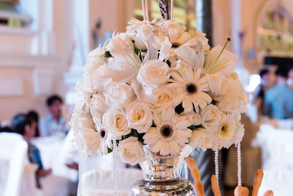 Không gian buổi tiệc ngập tràn hoa và nến. Gam màu chủ đạo là trắng tinh khôi.