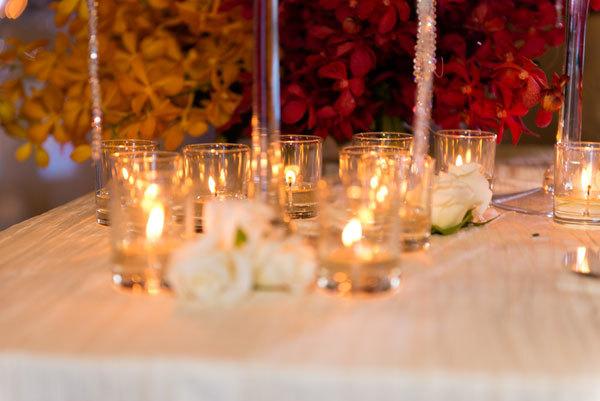 Những ngọn nến được thắp khắp nơi để tăng phần lãng mạn.