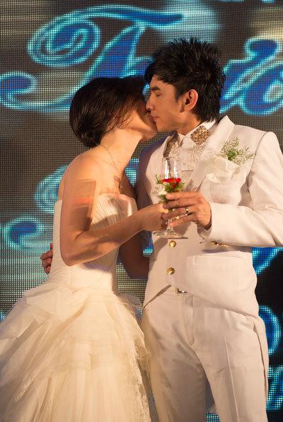 Đan Trường, đây chỉ là tiệc ra mắt hai họ, không phải là lễ thành hôn nên nghi lễ buổi tiệc diễn ra khá nhanh chóng.