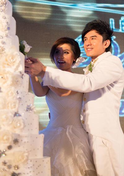 Cô dâu và chú rể cùng cắt bánh cưới...