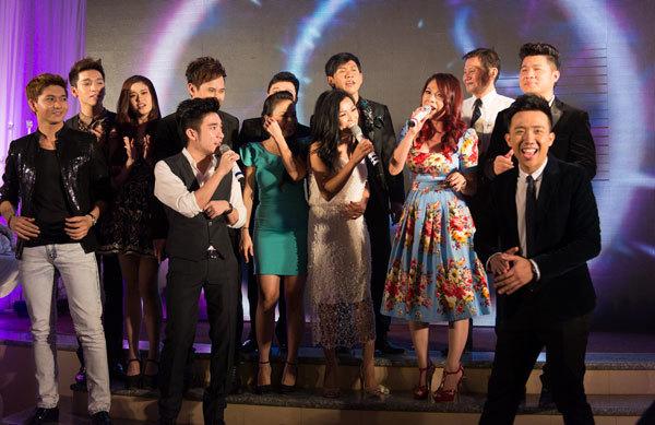 Các nghệ sĩ cùng nhau lên sân khấu hòa ca liên khúc mừng hạnh phúc của đôi uyên ương. Chỉ có khoảng 20 nghệ sĩ có mặt trong buổi tiệc.